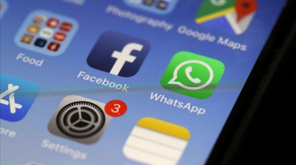 Una aplicación de Facebook en la pantalla de un móvil.