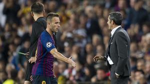 Valverde tiende la mano a Arthur tras relevarlo por Arturo Vidal en el Barça-Inter.