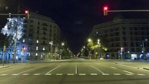 Confluencia de las calles Aragó y paseo de Gràcia de Barcelona durante las primeras horas del toque de queda, este lunes.