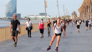 Transeúntes y deportistas, en el paseo de la Barceloneta, el sábado 2 de mayo, primer permitido.