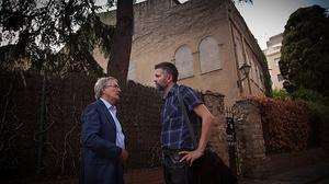 Xavier Trias, candidato de CiU a la alcaldía de Barcelona, pasea por el barrio del Camp de l'Arpa con un vecino y conversa con él días antes de las elecciones municipales.