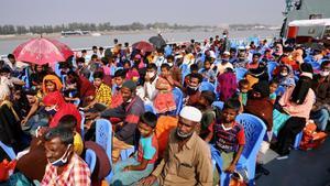 Refugiados rohinyás en un barco hacia Bhasar Char.