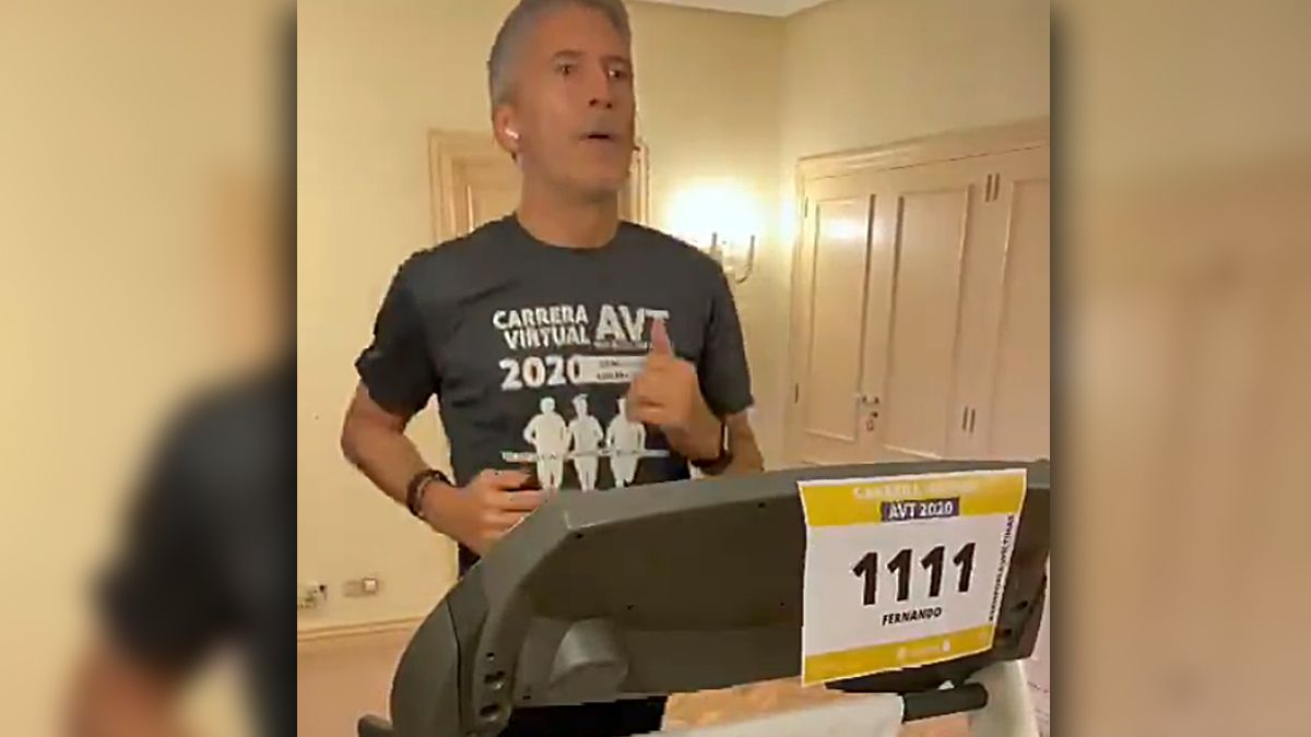El ministro Grande-Marlaska corre en una carrera virtual de la AVT en noviembre de 2020.