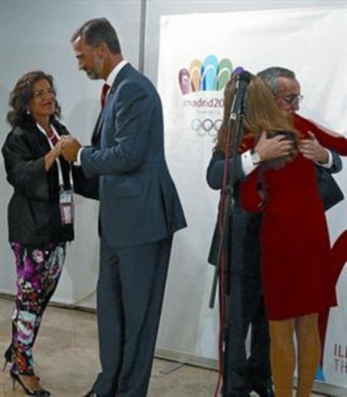 Felipe consuela a Botella y Letizia a Blanco, en Buenos Aires.