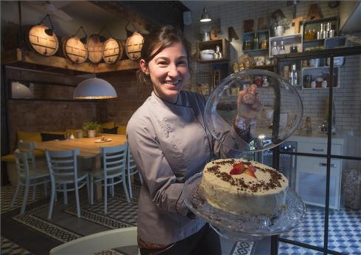 Carlota Claver, con un pastel en el restaurante Carlota. Foto: Julio Carbó
