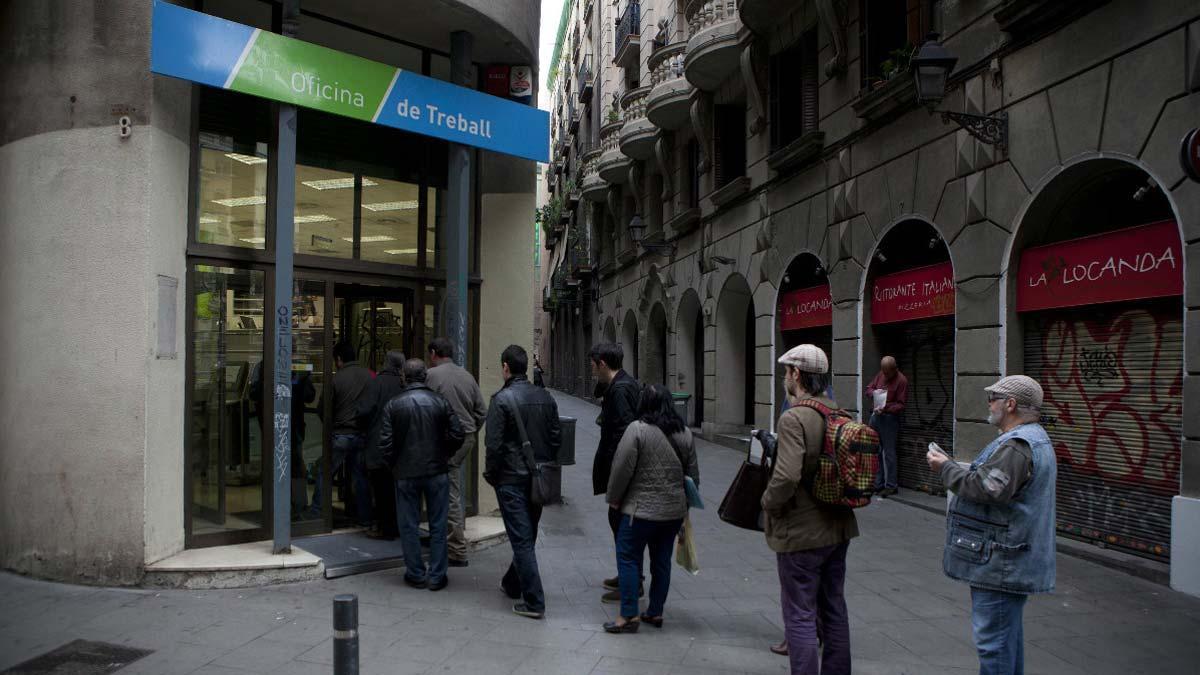 El paro baja en 7.806 personas en febrero. En la foto, varias personas haciendo cola frente a una oficina del Servei d'Ocupació de Catalunya (SOC).
