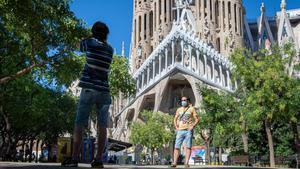 Turistasque llegaron del País Vasco en coche,frente ala Sagrada Familia.