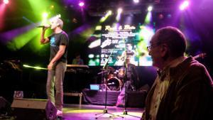 El Pare Manel (derecha) durante uno de los actos musicales benéficos de su fundación.