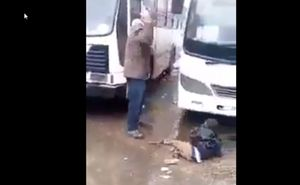 Fotograma de vídeo en que golpean y mofan al niño migrante.