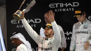 Lewis Hamilton, en el podio de Abu Dabi.