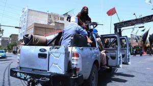 Talibanes vigilan una protesta chií en la ciudad de Herat, la tercera más grande de Afganistán.