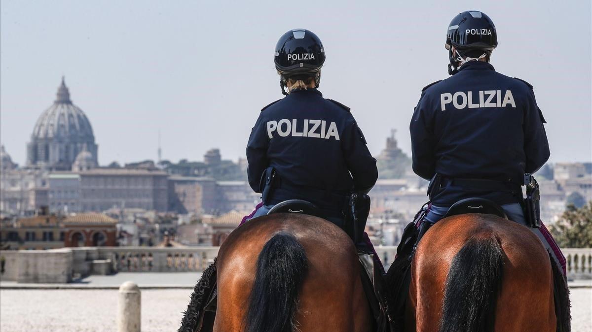 Dos policías a caballo patrullan en Roma, este domingo.