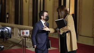 Pere Aragonès y Laura Borràs, en el Parlament, tras la primera sesión del debate de investidura.