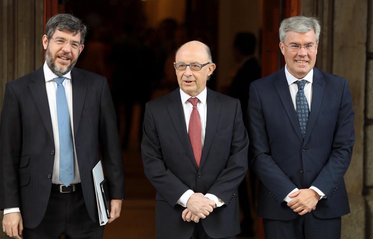 El ministro de Hacienda, Cristóbal Montoro (c), antes de la entrega de los Presupuestos en el Congreso, junto a los secretarios de Estado de Presupuestos, Alberto Nadal (i) y Hacienda, José Enrique Fernández de Moya.