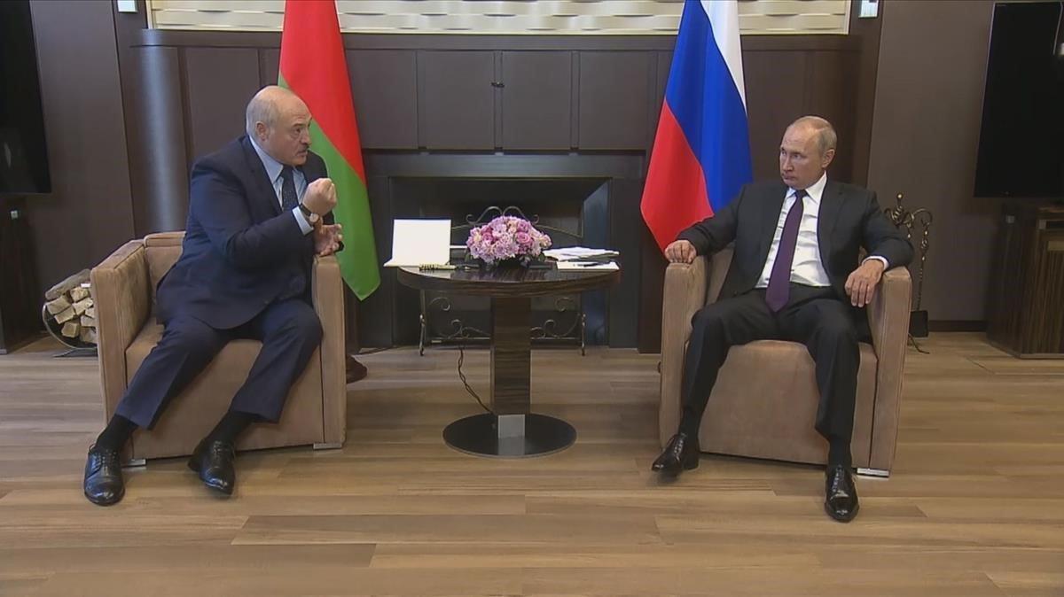 Putin (derecha) y Lukashenko durante el encuentro de hoy en Sochi.