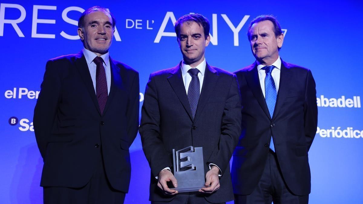 Entrega del premio Proyecta a Francesc Rubiralta, de Celsa, flanqueado por Conrado Carnal (izquierda) y Sixte Cambra.