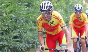 Alejandro Valverde, seguido por Marc Soler, durante un entrenamiento en Italia.