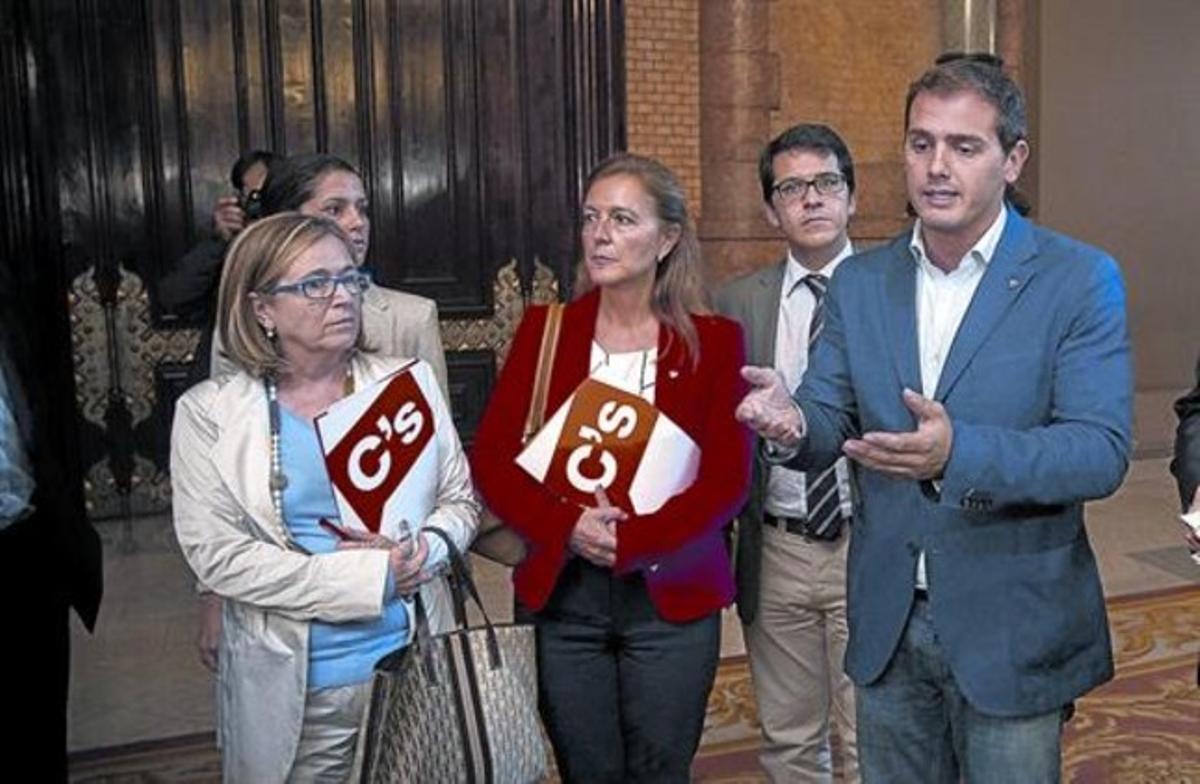Albert Rivera con otros diputados de C's, el pasado 10 de octubre tras abandonar el hemiciclo por divergencias con la presidenta Núria de Gispert.