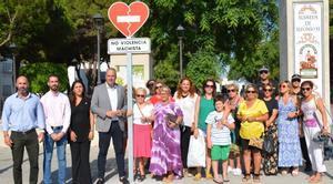 El Ayuntamiento de San Roque instala señales de tráfico contra la violencia machista.