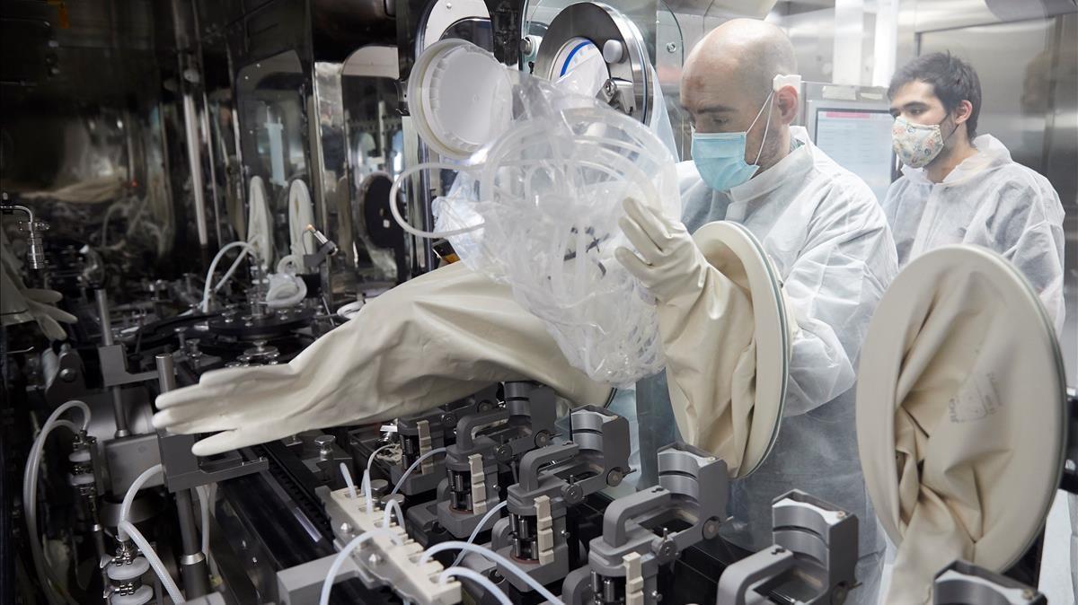 Trabajadores de la farmacéutica catalana Reig Jofre, en las instalaciones de la empresa en Sant Joan Despí, este martes.