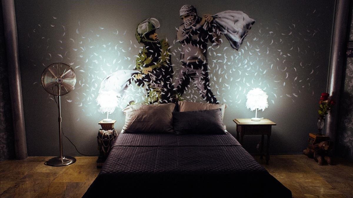 Evocación de una de las habitaciones del Walled Off Hotel de Banksy en Belén de la exposición 'The world ok Banksy', en el Espai Trafalgar.