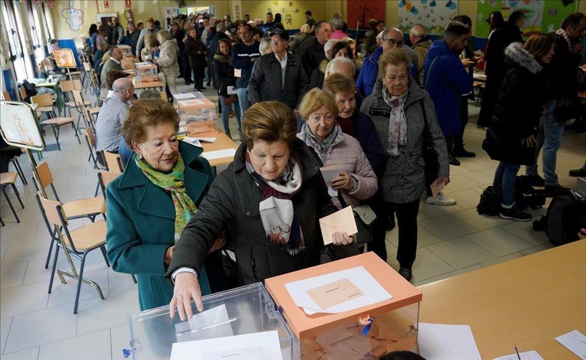 Cola de personas para votar en Madrid.