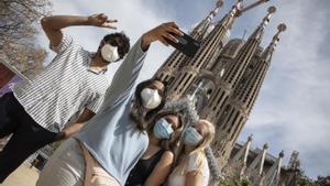 BARCELONA 03/05/2021  Pocos turistas todavía en los alrededores de la sagrada familia En la foto Saif, Afiya, Ivanna y Amelia,  un grupo de estadounidenses , que están estudiando en Viena , de visita en Barcelona FOTO de FERRAN NADEU