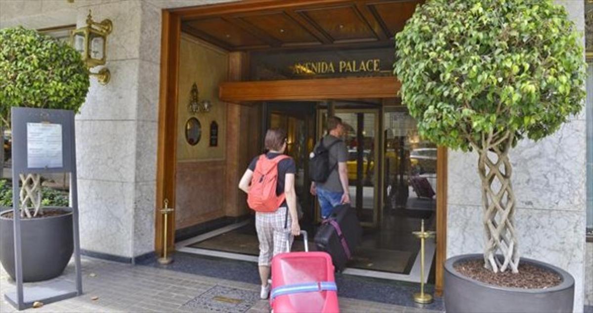 Unos turistas acceden a un hotel del centro de Barcelona.
