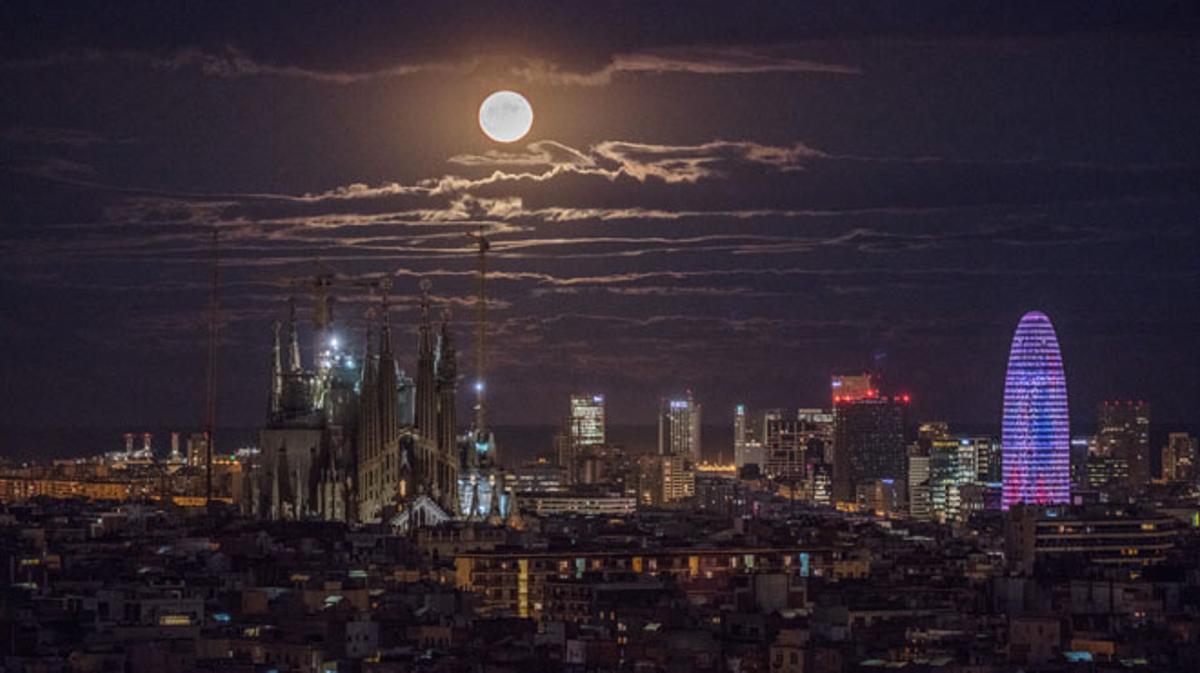 El espectáculo de la superluna brilla en todo el mundo. Las nubes que había enBarcelona tampoco han deslucido el fenómeno.
