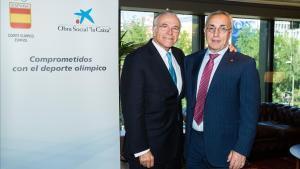 El presidente de la Fundación Bancaria La Caixa, Isidre Fainé,posa junto al presidente del COE, Alejandro Blanco.