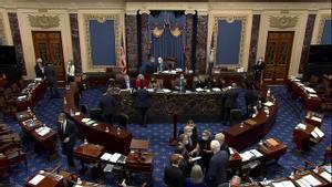 Un grupo de senadores conversan tras el voto que ha absuelto a Trump de su segundo 'impeachment'.