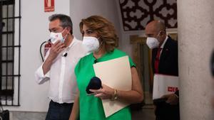 Los tres candidatos a las primarias del PSOE-A, Susana Díaz, Juan Espadas (i) y Luis Ángel Hierro (d), posan antes del único debate, el pasado 8 de junio en la sede regional del partido, en la calle de San Vicente de Sevilla.