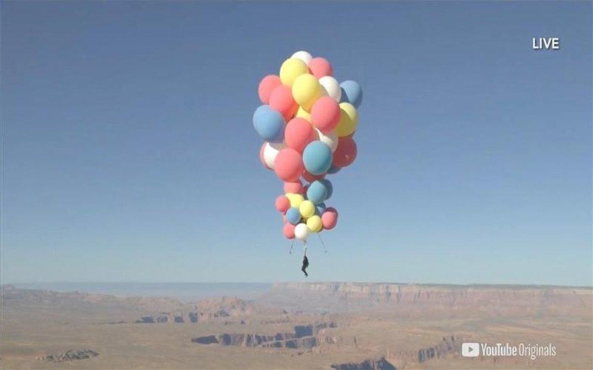 El ilusionista David Blaine vuela sobre el desierto de Arizona.
