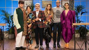 Lola Índigo y Eduardo Navarrete con Raquel Sánchez Silva y el jurado de 'Maestros de la costura 3'.