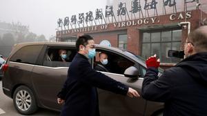 Los expertos de la OMS llegan al Instituto de Virología de Wuhan, el pasado febrero.