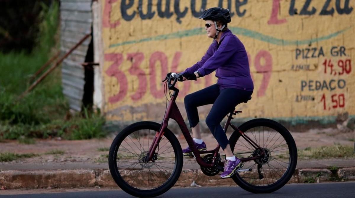 La presidenta de Brasil, Dilma Rousseff, en bicicleta por el Palacio Alvorada en Brasilia.
