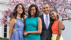 Barack y Michelle Obama con sus hijas, Malia y Sasha, en su felicitación de Pascua.