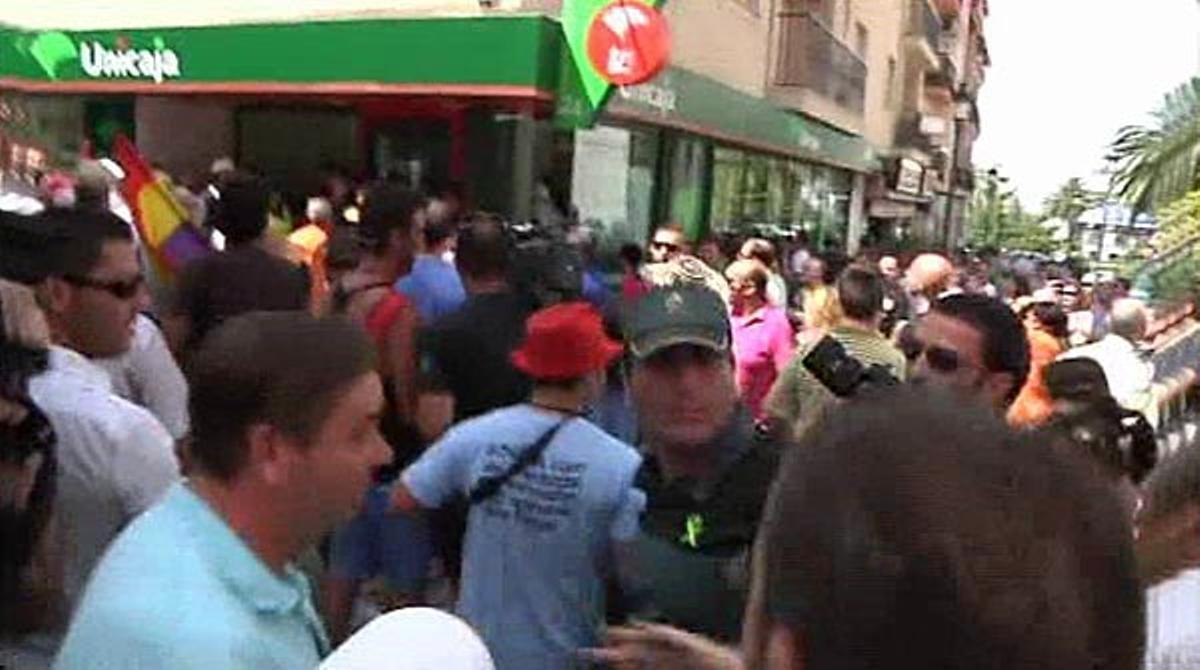 Decenas de personas han rodeado una sucursal de Unicaja e increpado a la Guardia Civil.