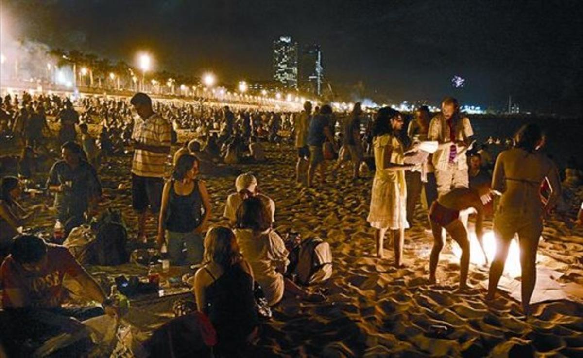 Celebración de la verbena en la playa de la Barceloneta, en el 2013.