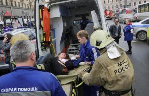 El personal atiende a los heridos en el atentado del metro de San Petersburgo.