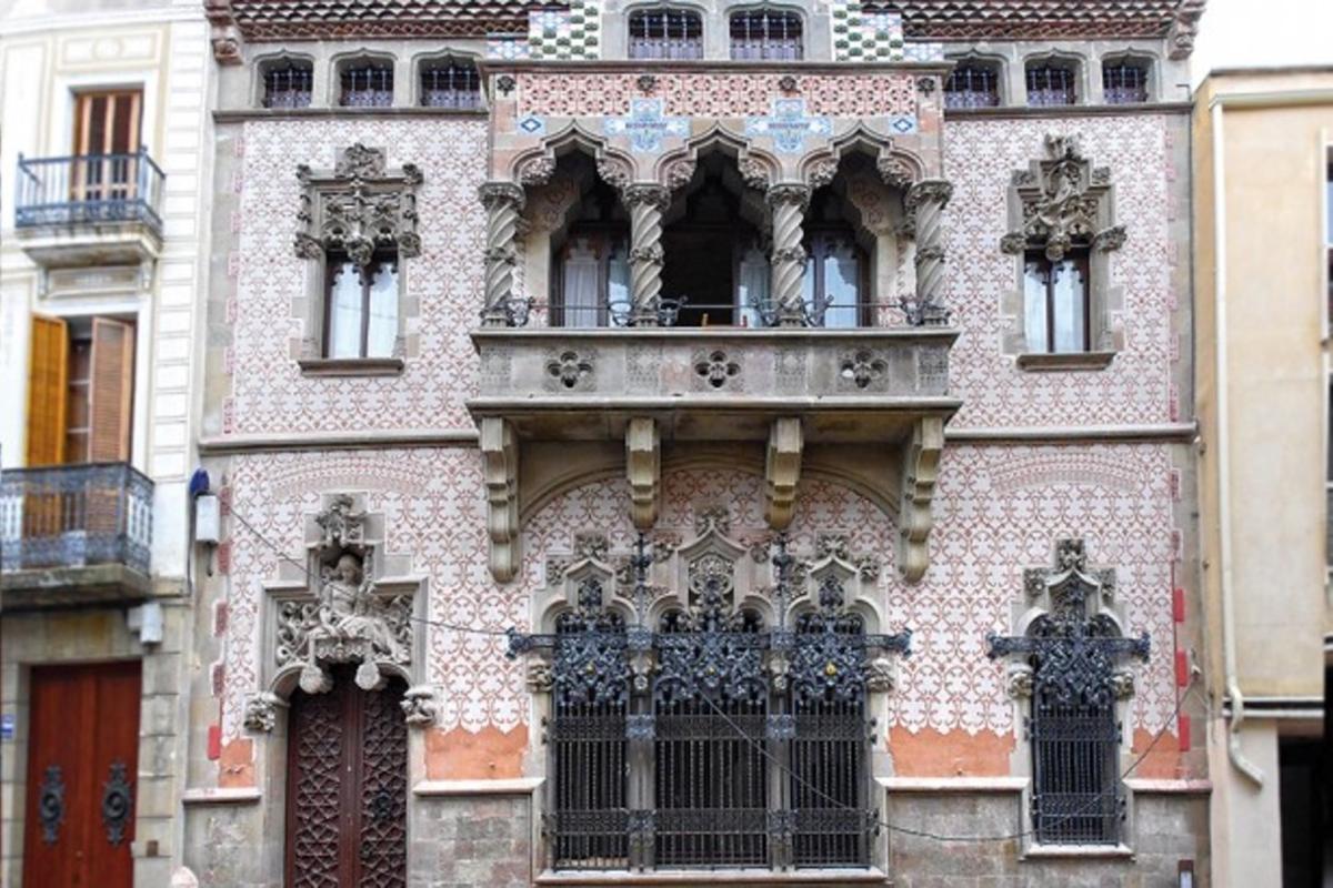 La Casa Coll i Regàs de Mataró torna a lluir la seva façana amb tota la seva esplendor