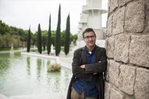El director de la Beckett, Toni Casares, en el parque de la Espanya Industrial, donde acompañaba a sus hijas.