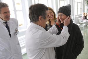 Ariana Benedé, con los doctores (de izquierda a derecha) Álvaro Urbano y Josep Maria Campistol, en febrero del 2016.