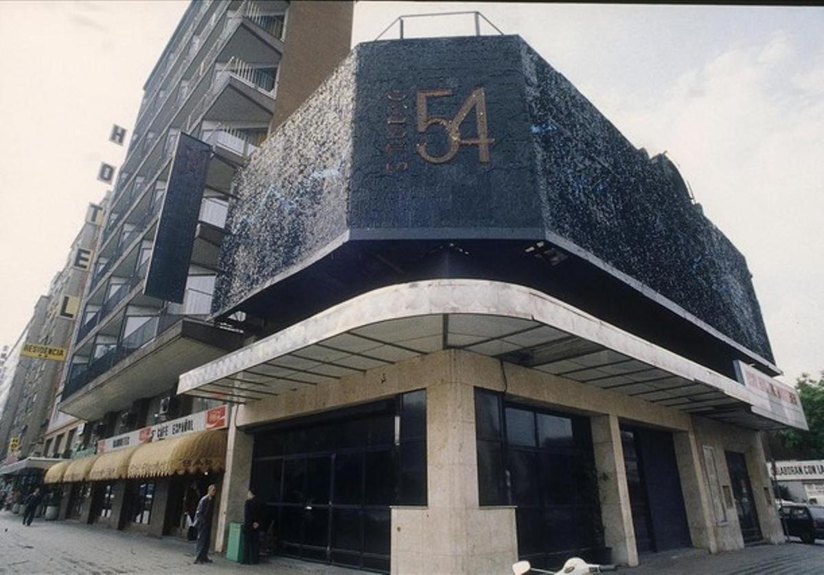 Studio 54, cuando era un referente de la noche barcelonesa. Al lado, el Café Español y el Hotel Auto Hogar. Los dueños del club Riviera compraron en el 2002 la sala y el hotel para hacer un macroprostíbulo.