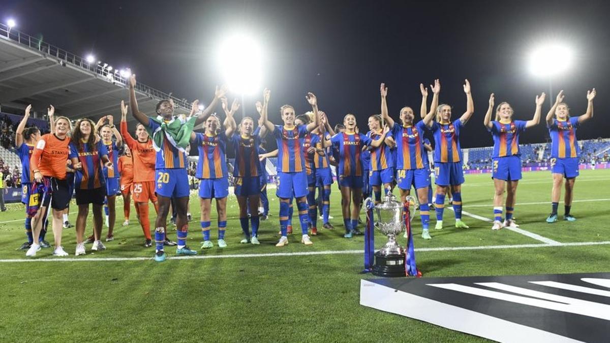 Las jugadoras del Barça celebran la Copa ganada en Leganés.