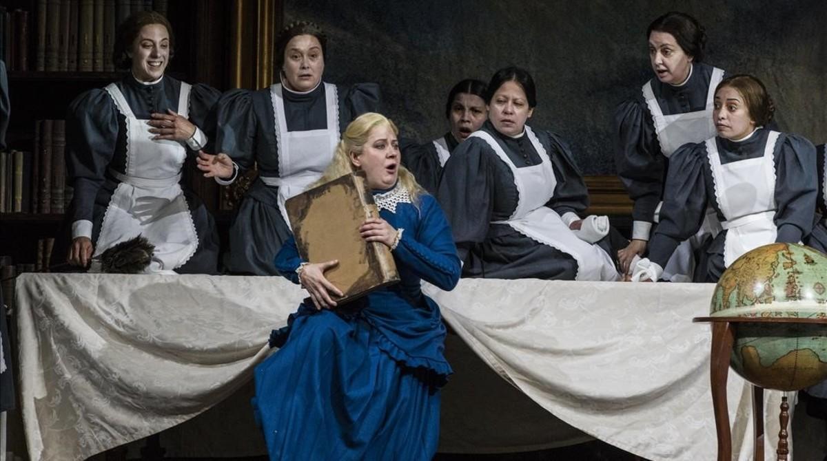 Elena Popovskaya (Senta) y el coro del Liceu en'El holandés errante', de Wagner,en el Liceu.