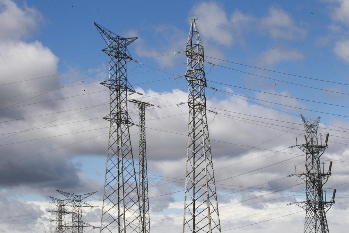 Varias torres eléctricas de alta tensión.
