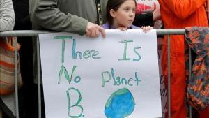 Marcha por la Ciencia en Nueva York. Una niña, junto a una pancarta que recuerda que no hay otro planeta, por ahora, en el que vivir.