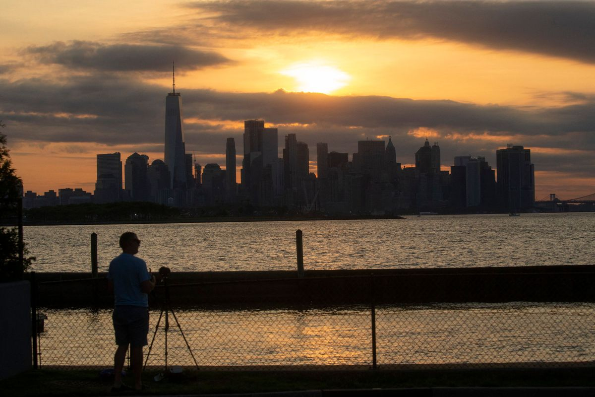 El 'skyline' de Nueva York visto durante el eclipse parcial de sol.