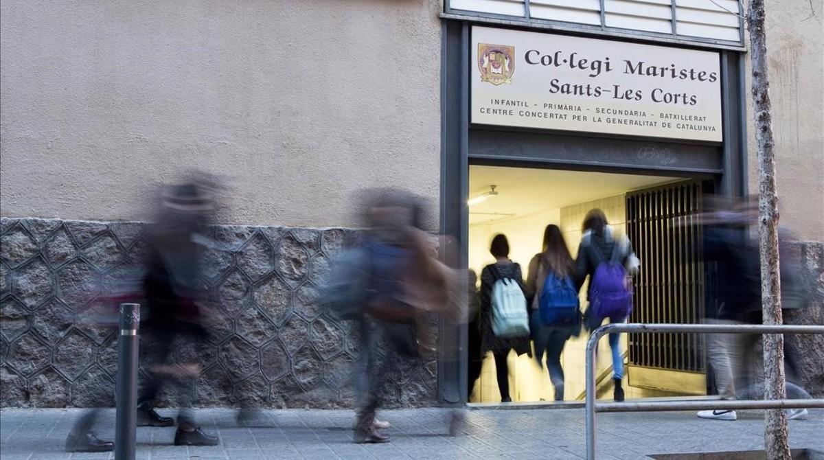 Unos alumnos entran en el colegio de los Maristas de Sants-Les Corts.